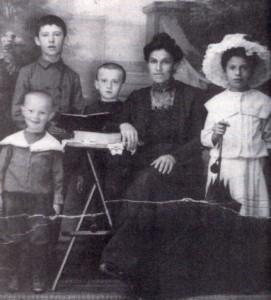 Juran Family around 1910. Joseph is next to his Mother.